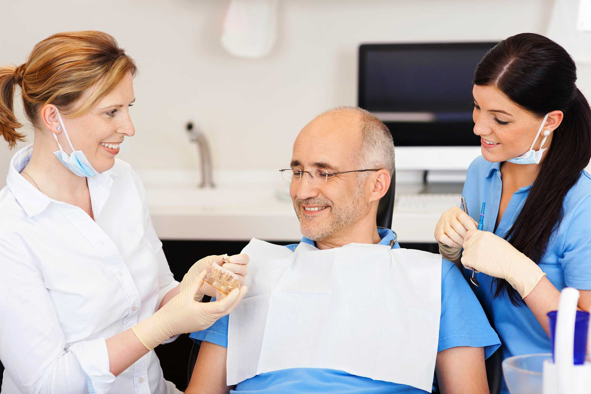 http://www.studiosmilecare.it/wp-content/uploads/2015/12/implantologia-dentale.jpg